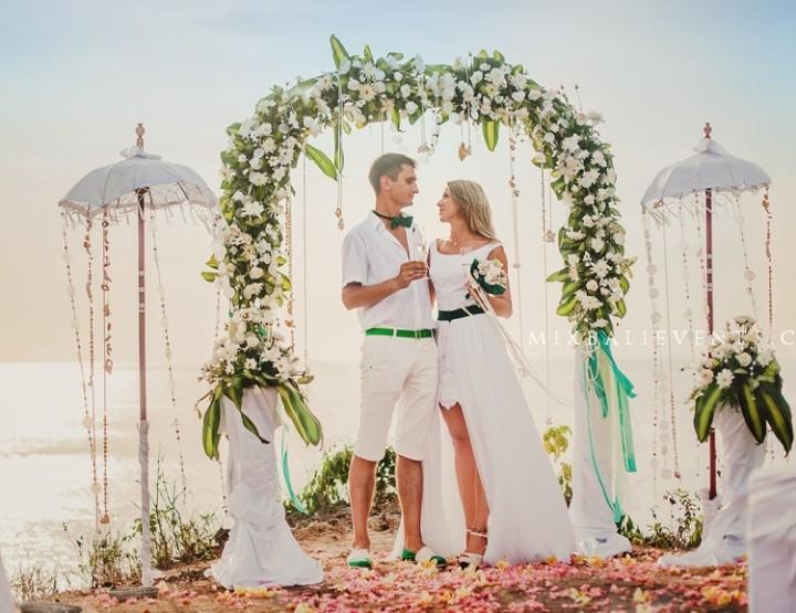 Свадебная церемония на берегу океана на Бали