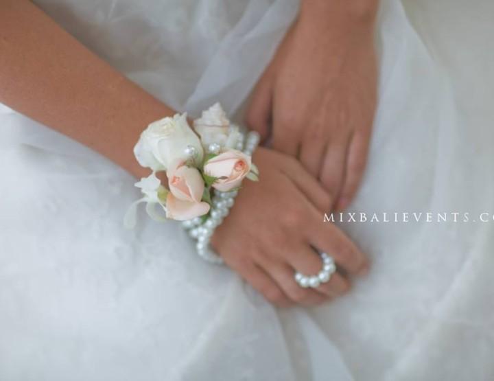 Аксессуары из живых цветов для жениха и невесты