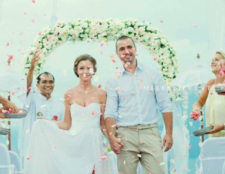 Белоснежная Свадьба над утесе на океаном