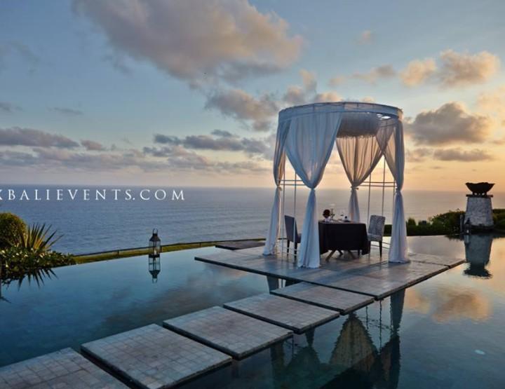 Романтический ужин в шатре на бассейне