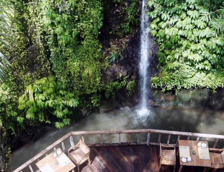 Романтический ужин на террасе рядом с водопадом