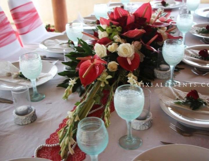 Декор стола в красных тонах