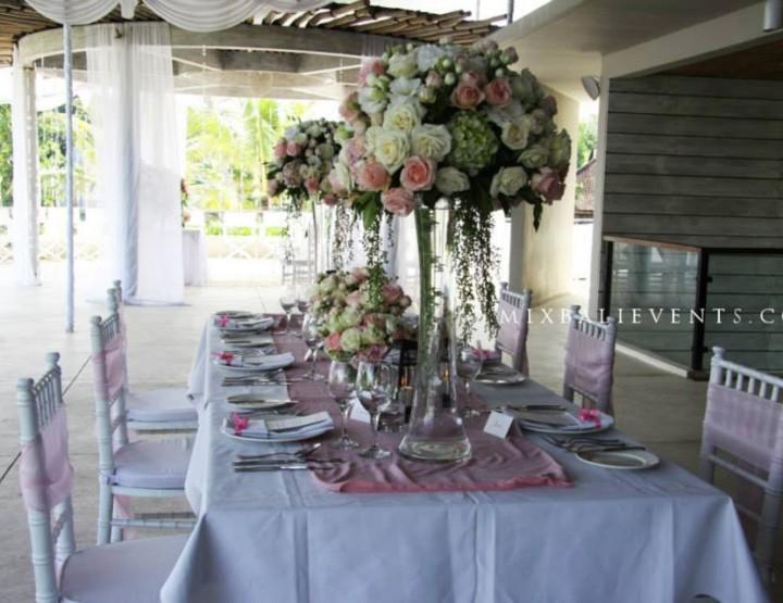 Декор стола в пастельных тонах
