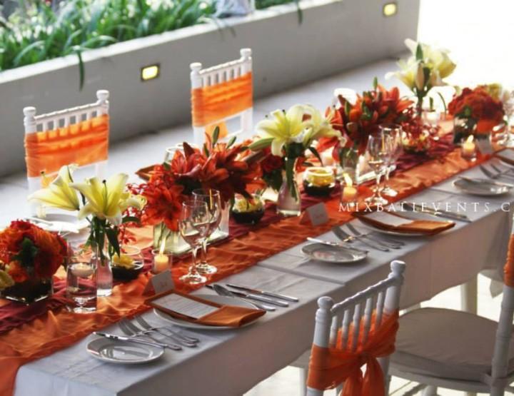Декор стола в ярко-персиковых тонах