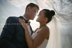 Аеросъемка. Свадьба на Бали на утесе над океаном Руты и Андрю