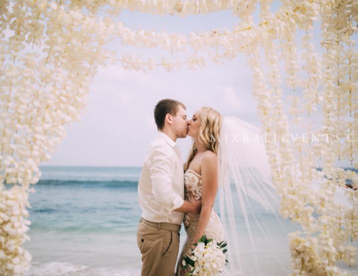 Свадьба с аркой  - портьеры из живых цветов Франжипани
