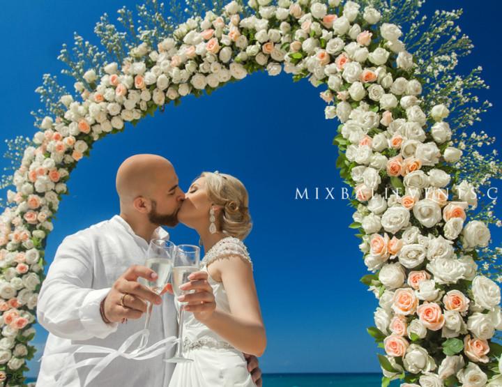 Свадьба у океана на пляже с белым песком