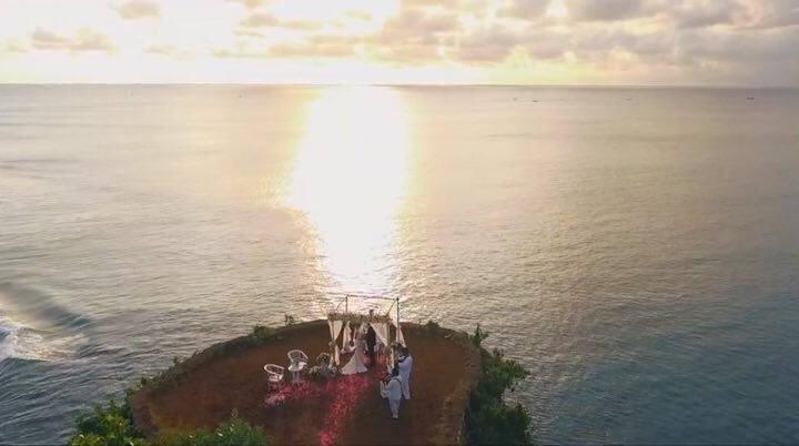Свадьба на утесе над океаном на Бали. Аэросъемка - Рафаэль и Нелли