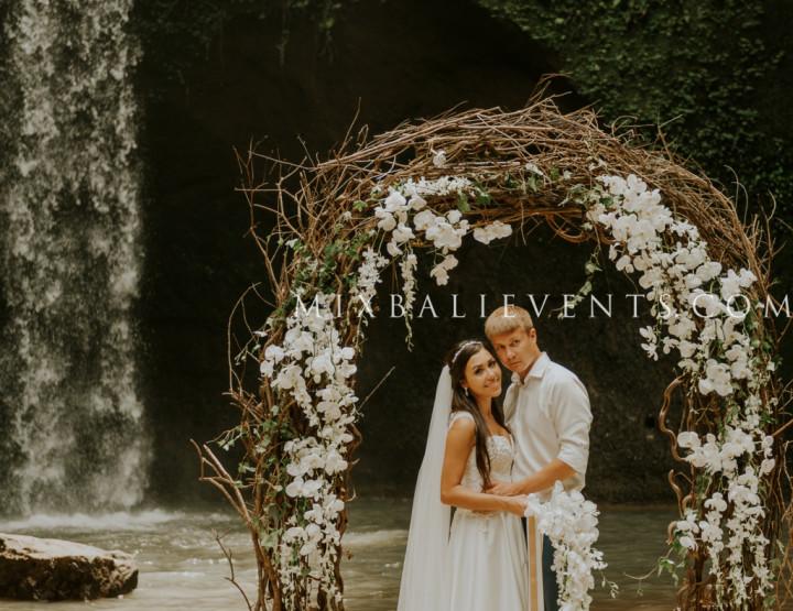 Свадьба Орхидей на Водопаде в Тропических Джунглях Бали