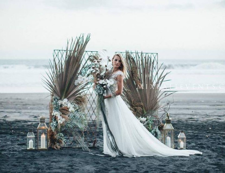 Стильная и модная Dusty Blue & Grey Vintage Wedding НА ЧЁРНОМ ЛАВОВОМ ПЕСКЕ НА БАЛИ!