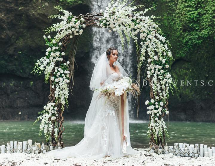 Экзотическая Свадьба на водопаде в тропических джунглях Бали