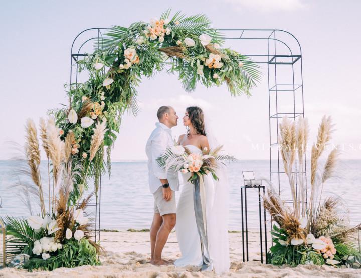 Стильная Tropical & Pampas Grass Wedding на пляже с белым песком