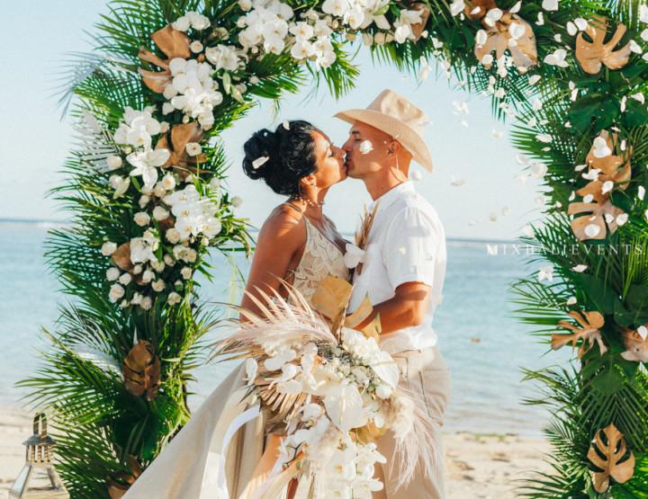 Стильная Тропическая Свадьба в Бело-золотых тонах на пляже с белым песком