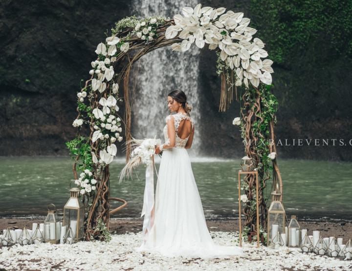 Тренд 2018 - Стильная Свадьба Белых Антуриумов на водопаде в тропических джунглях Бали