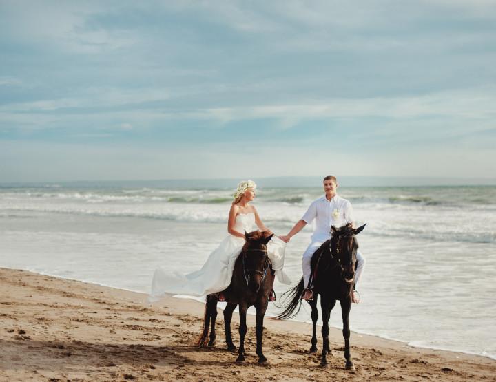 Катание на лошадях на закате у океана