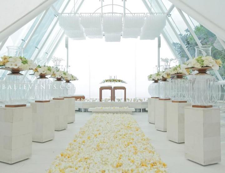 Свадьба в стеклянной часовне на скале над океаном