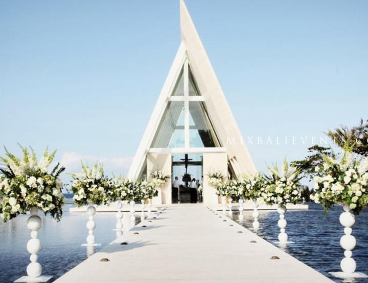 Свадьба в стеклянной часовне на бассейне у океана