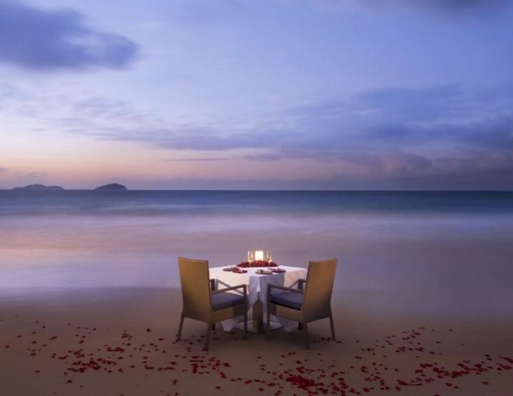Романтический ужин на пляже у океана