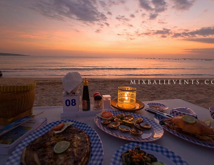 Романтический ужин на берегу океана на песке