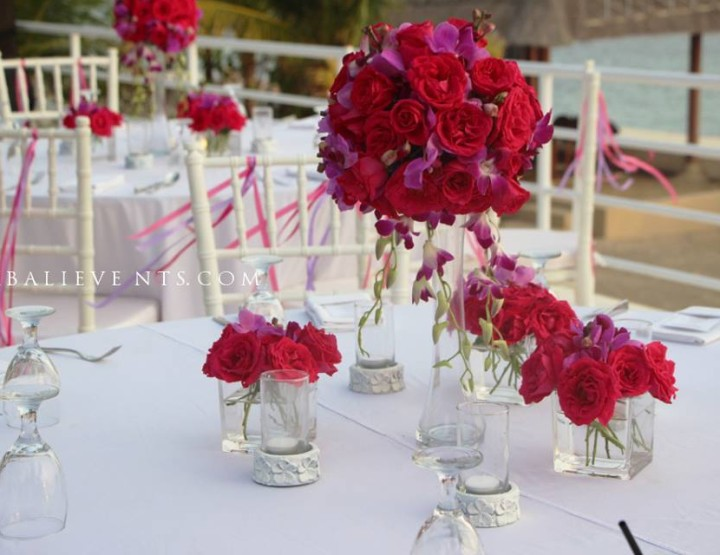 Декор стола в цвете фуксия