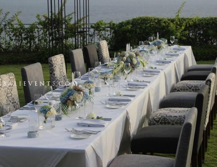 Нежный голубой декор стола в стиле