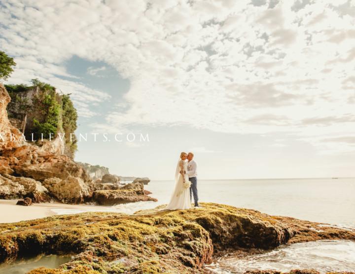 Свадебная церемония на утесе над океаном (аэросъемка) Марины и Павла