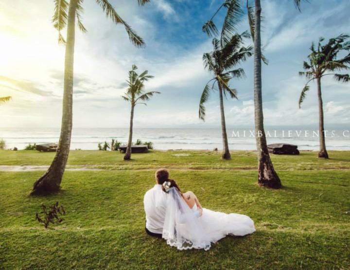 Свадьба на утесе над океаном в нежных голубых тонах