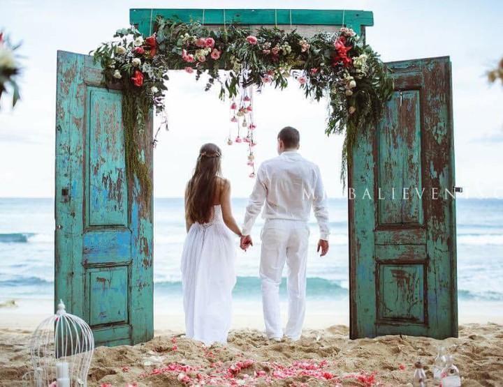 Свадьба с Аркой в виде Антик-двери на пляже с белым песком
