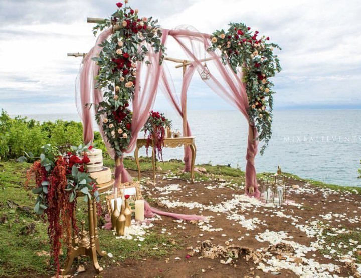 Свадьба в цвете Марсала на Утесе над океаном