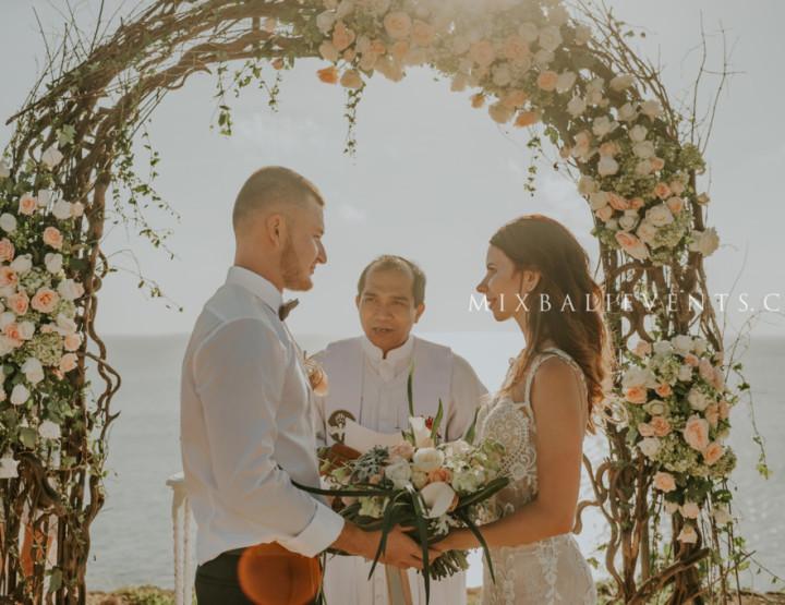 Свадьба в нежных нюдовых тонах на утёсе у океана на Бали. Кристина и Никита
