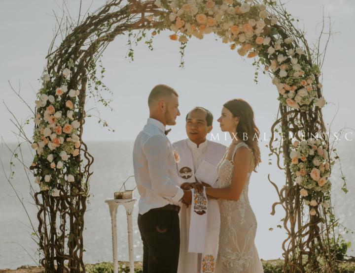 Тренд 2017 - Свадьба в цвете Nude на утесе у океана