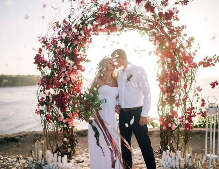 Свадьба в цвете Марсала на утёсе над океаном