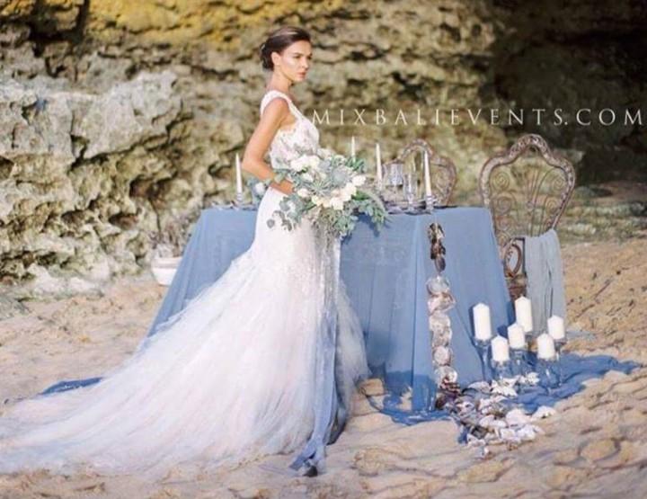 Наша красивейшая фотосессия на пляже с белым песком в серых тонах в Богемно-Винтажном стиле для австралийского свадебного журнала