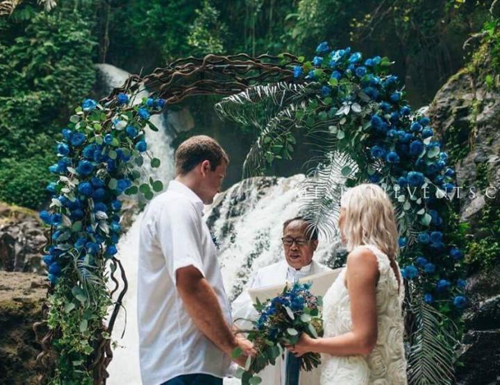 Свадьба на Каскадном Водопаде в темно-синих цветах