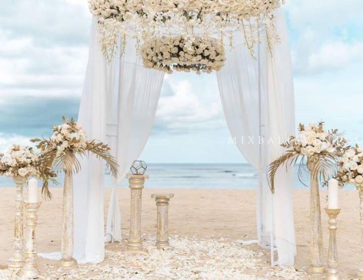 Декор в Итальянском классическом стиле в цвете Gold & White