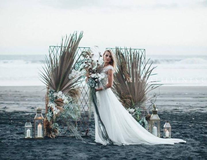 Свадьба на пляже с черным песком