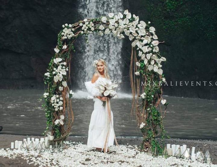 Свадьба Белых Антуриумов на водопаде в тропических джунглях Бали