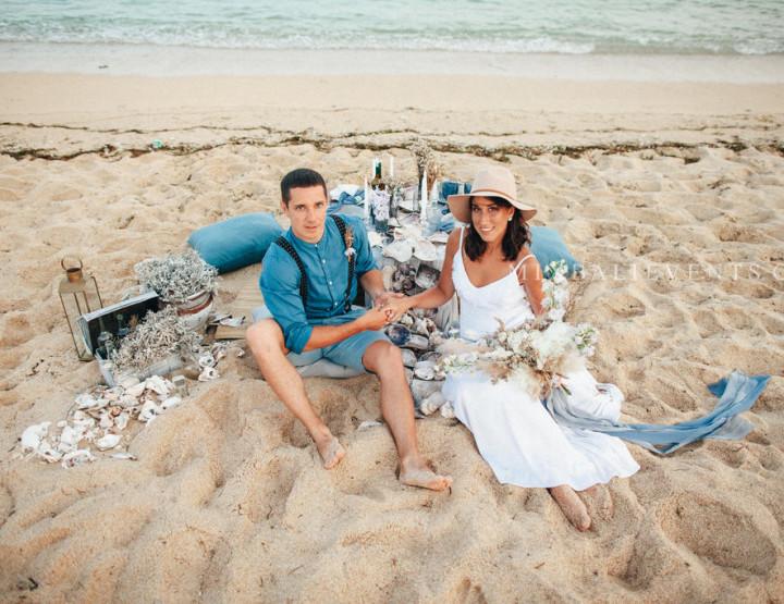 Стильная Indigo & Dusty Blue Boho Wedding на пляже с белым песком