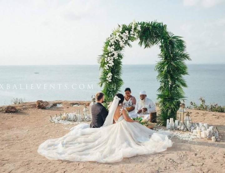 Стильная Балийская Свадебная Церемония на утесе над Индийским океаном