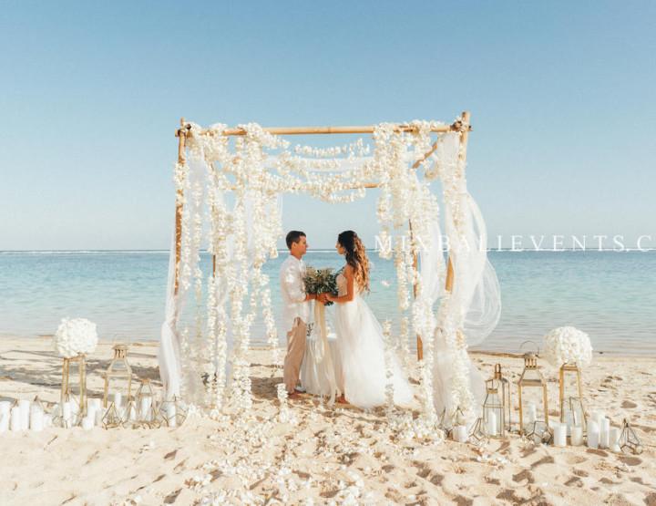 Стильная Свадьба с шатром из живых цветов Франжипани