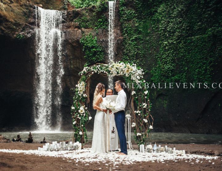 Свадьба Лилий на водопаде в тропических джунглях Бали