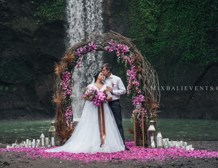 Тренд 2018 - Стильная Свадьба Фиолетовых Орхидей на водопаде в тропических джунглях Бали