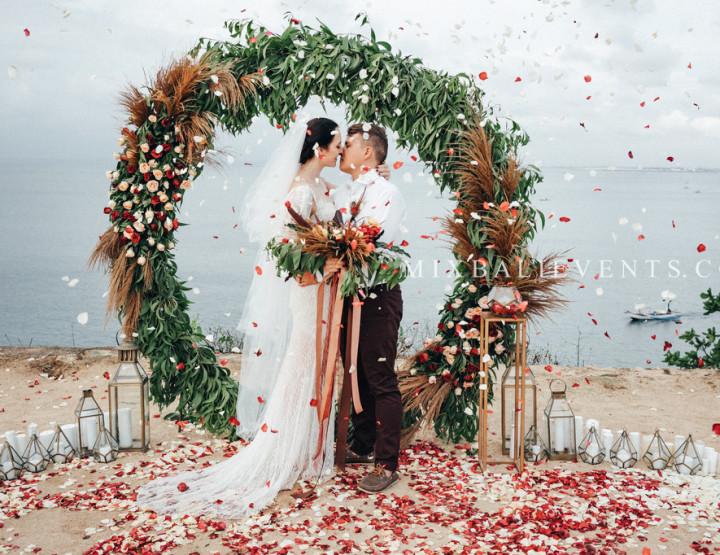 Стильная Свадьба на утесе на Бали в цвете Марсала