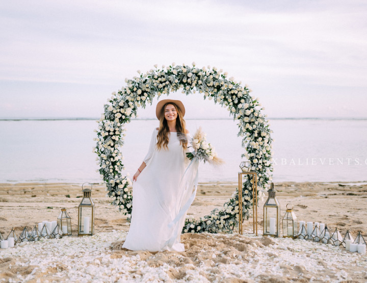 Хит 2019! Стильная Свадьба с Круглой Аркой в Серо-белых тонах на пляже с белым песком
