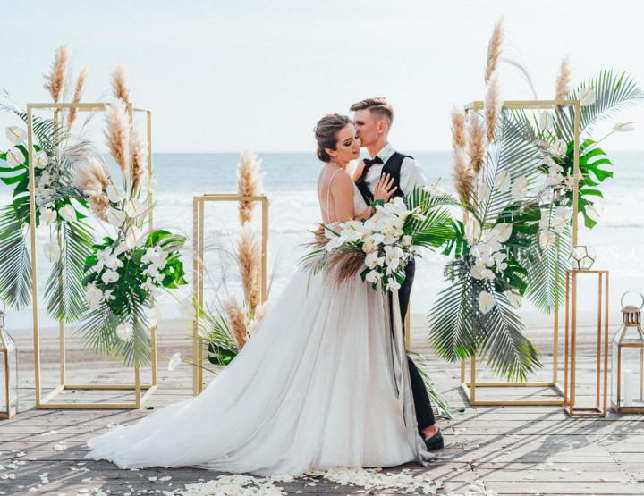 Modern Tropical Gray&Black Wedding - Стильная Свадьба с гостями на Бали на вилле на пляже с черным лавовым песком