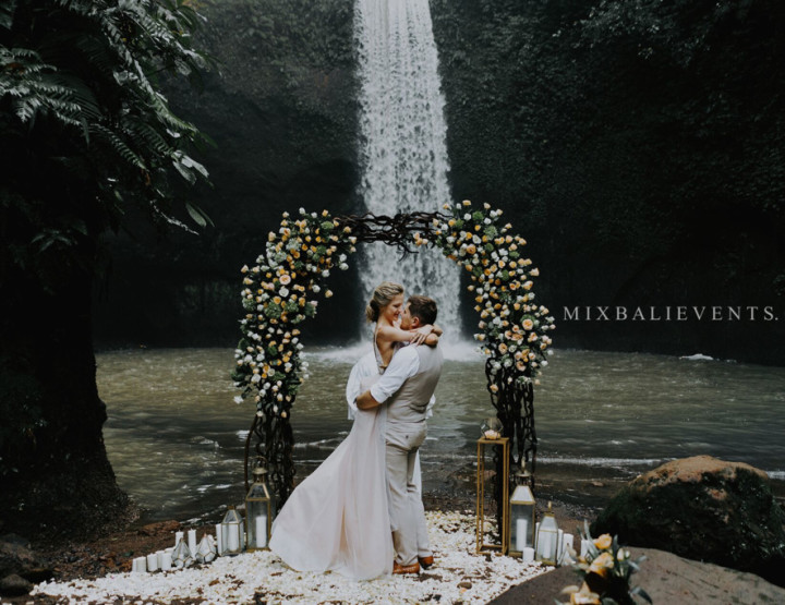 Стильная Свадьба на водопаде в тропических джунглях Бали