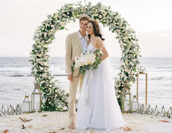 Хит 2019! Стильная Свадьба с Круглой Аркой в Серо-белых тонах на роскошной вилле у океана
