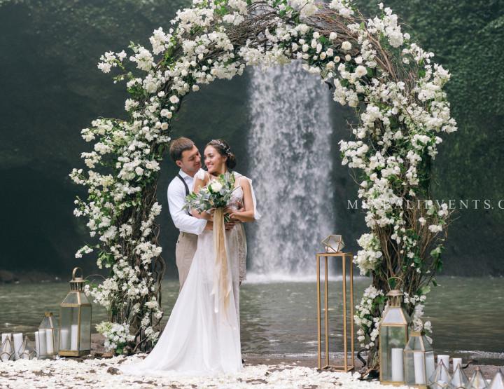 Свадьба Белых Бугенвиллий на Водопаде в тропических джунглях Бали. Максим и Полина