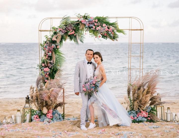 Стильная Purple-Blue Tropical & Pampas Grass Wedding на пляже с белым песком. Александр и Кристина