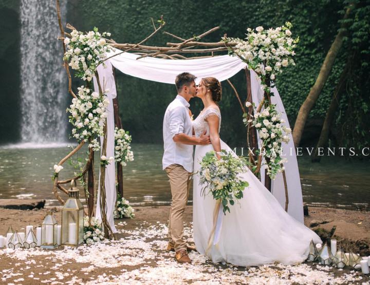 Стильная Boho Wedding на Водопаде в тропических джунглях Бали. Кирилл и Анастасия